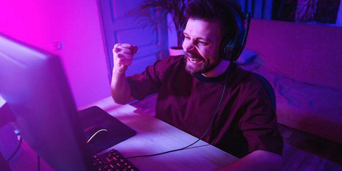 Pria Bersorak Dibalik Komputernya